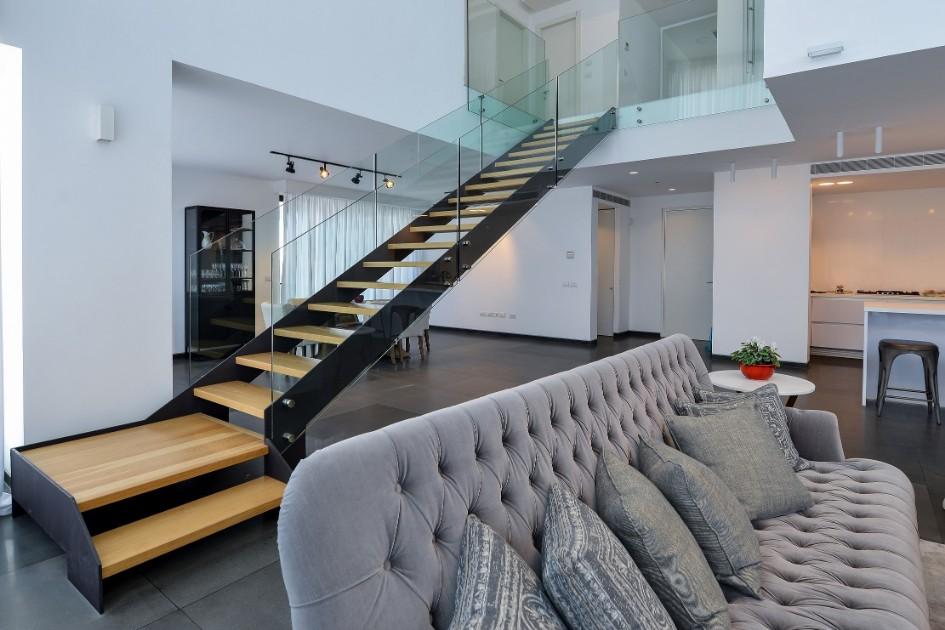 במעלה המדרגות