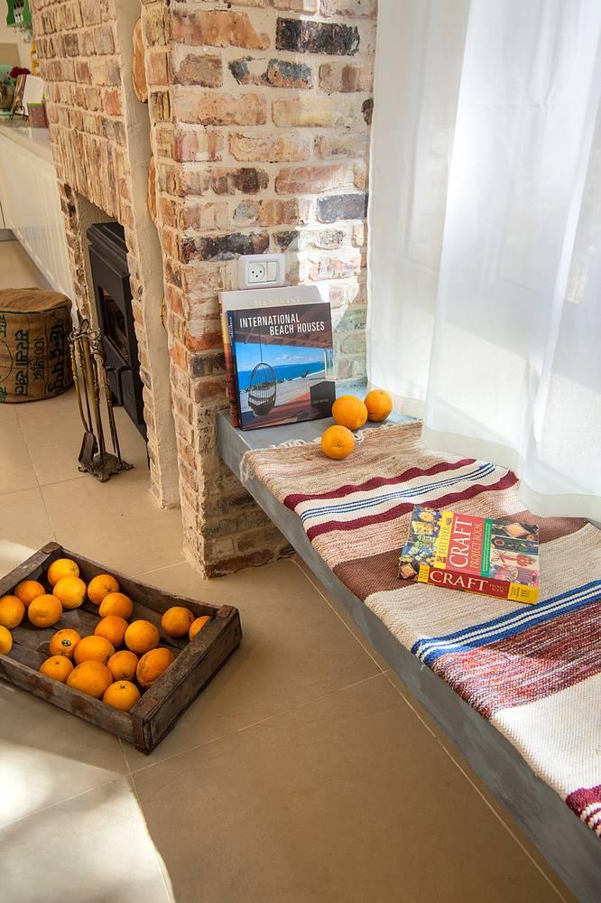 ספסלי בטון בהתאם לפרוגרמת התקציב. השטיח הסרוג מעשה עבודת יד של תמי שכט