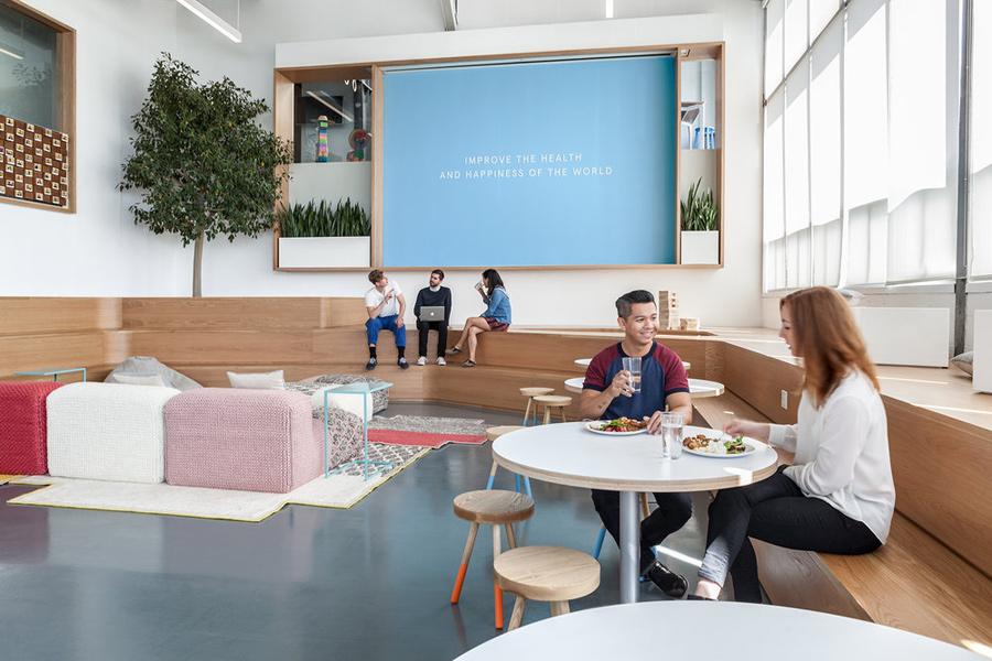 מתכננים סביבות עבודה מתקדמות, אתם חייבים לקרוא את הכתבה הזו -   כל מה שחשוב לדעת על מהפכת המשרדים ועל תכנון חללי עבודה משותפים.